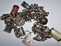 A LOVELY VINTAGE SOLID SILVER STERLING CHARMS BRACELET
