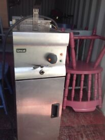2 Lincat electric fryers in good working order with baskets