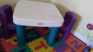 Table Little tikes avec 2 chaises