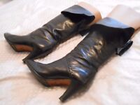 Beautiful Italian Black Leather Pied-a-Terre Boots. Size 35.