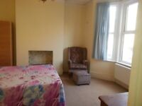 Airy Clean Double Room including all bills & Wifi Internet close to Park & Train station in zone 3