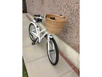 Beautiful Ladies/Girls Bike with detachable wicker basket!