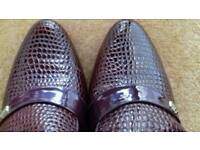 Size 7 snake pattern mens shoes