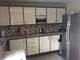 ** DOUBLE ROOMS TO LET IN A CHARMING MODERN TOWN HOUSE JUST OFF LISBURN ROAD **