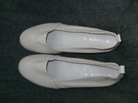 WOMANS LIGHT BEIGE SUPER SOFT SHOES BY FROGGIE SOUTH AFRICA SZ 5