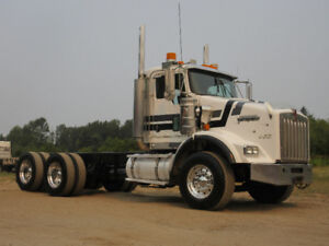2004 Kenworth T800 Cab & Chasis / Tractor - LOOKS & RUNS AWESOME