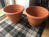 2 new plastic garden pots