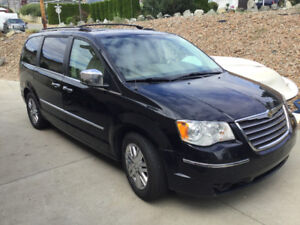 2008 Chrysler Town & Country Limited Minivan, Van