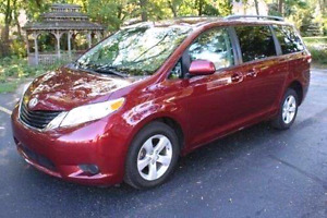 2013 Toyota sienna le, back up camera, 8 passenger, power doors