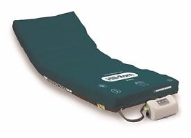 Inflatable automatic pressure relieving mattress