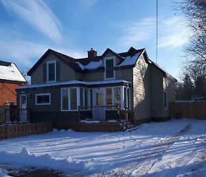 Semi Detached house with large back yard in Barrie