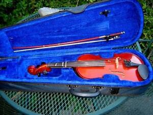 1/2 SIZE VIOLIN BOW AND CASE IN EXCELLENT CONDITION