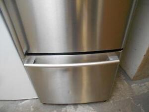 Refrigerateur LG en acier inoxydable avec congelateur / LG Stainless Steel Refrigerator with Bottom Freezer