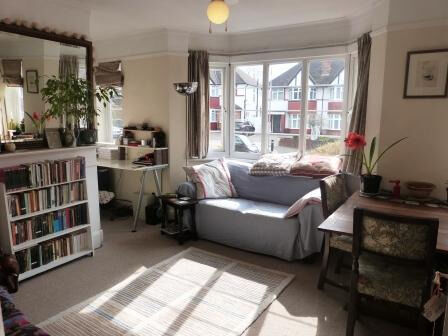 A bright and spacious 2 bedroom first floor maisonette close to tube