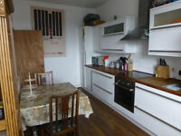 Bright, furnished 2 bed flat off Perth Rd available to rent Oct 2016 - suit students / professionals