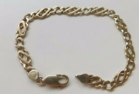 A SOLID 9ct GOLD 11.6g CELTIC LINK BRACELET