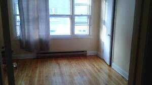 Large! Grande!  Bright! Room available march  1th NDG Tout Inclu
