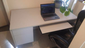 Solid heavyduty Office desk