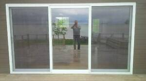 sliding glass doors and window / Portes coulissantes en verre et