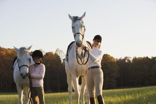 Da passen die Proportionen: Pony für´s Kind und Pferd für die Großen! Foto: Thinstock
