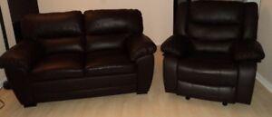 Causeuse et fauteuil inclinable, berçant en cuir brun espresso