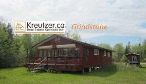 Year round water front cottage in Grind Stone Provinical Park!