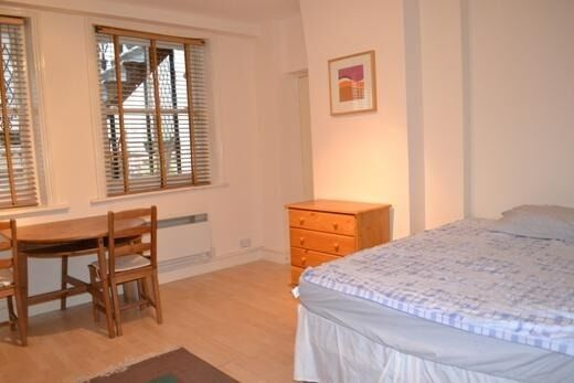 Spacious self contained Studio flat to rent in Nottinghill gate, W11.