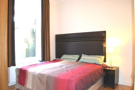 Amazing!!Double Studio flat for rent in High Street Kensington, a minute away from tube station.
