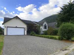 Spacious 3 Bed Home on Large Lot close to Beach & Lake