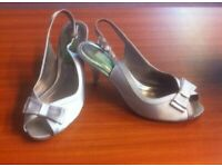 BEAUTIFUL LADIES SILVER SLING BACK SHOES / SANDALS WITH KITTEN HEEL - SIZE 6 (39)