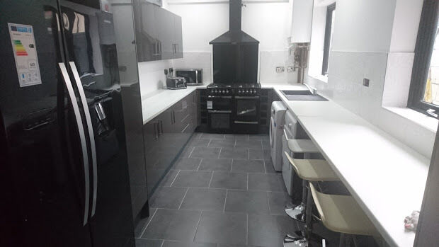 12 Bedroom House In Toft Street Kensington Liverpool L7 In - Black-and-white-bedroom-property