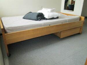 lits simple et bureau de travail avec 4 tirroirs