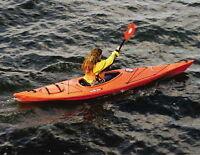 """Ce Kayak Neuf 11'8"""" est compact, rapide et très manoeuvrable!"""