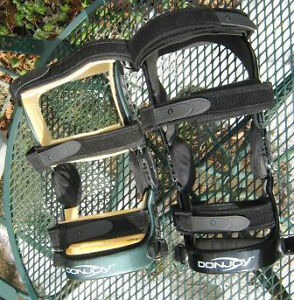 DONJOY CE RIGHT KNEE BRACES IN EXCELLENT CONDITION