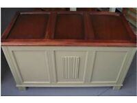 Solid oak blanket box / toy box / trunk with linenfold carving.