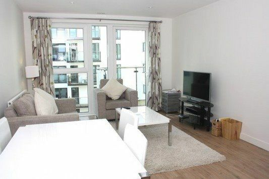 @ Stunning & Large 2 bed 2 bath apartment - Moments from DLR - Gym & Pool - 24hr concierge!!