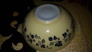 Pyrex Gooseberry Cinderella Mixing Glass  Bowl 444 Black Yellow