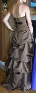 Robe de bal, avec son écharpe assortie.