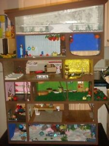 Doll House (Dollhouse) With 22 Dolls And Furniture