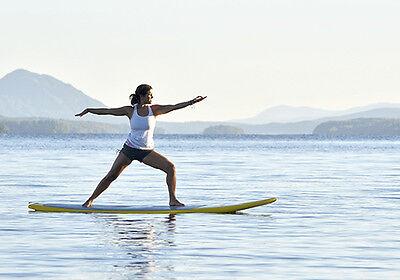 Yoga auf einem Paddle-Board: Yoga-SUP-Kurse gibt's auch im Hallenbad. (© Thinkstock über The Digitale)
