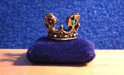 1/12 Dolls House Miniature Handmade Crown Ornament On Cushion Table Tudor Bn Lgw
