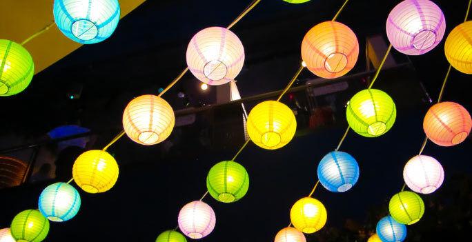 Lampions schaffen abends eine wundervolle Atmosphäre. (Copyright: Thinkstock/ über The Digitale)