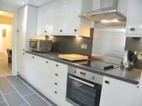 Modern 2 bedroom with private garden, near oval station!!!