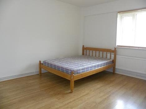 *** 3 Double Bedroom Flat Within Walking Distance To East Dulwich Station With Storage & Balcony ***