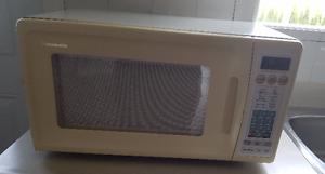 Four micro-ondes Panasonic 24po de puissance 1100W