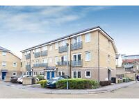 Three bedroom townhouse in a gated development moments from Mile End Station LT REF: 4230239