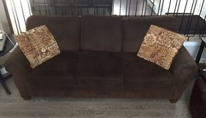 Brown sofa and loveseat / causeuse et divan brun