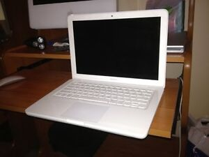 White macbook Early 2009