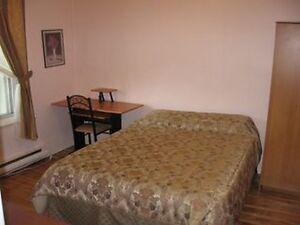 *Nice room- Belle Chambre. Ville St Laurent. Metro Du College