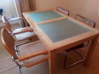 Table with 4 chairs in perfect condition